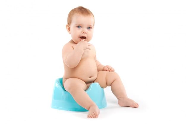Niño sentado en el baño