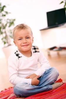 Niño sentado en casa