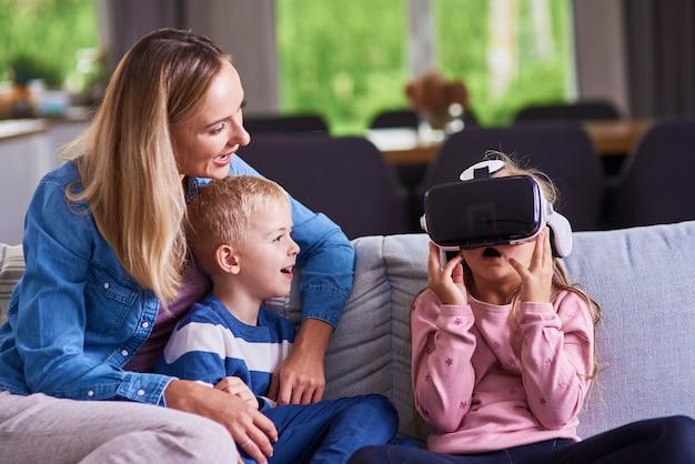 Niño con simulador de realidad virtual