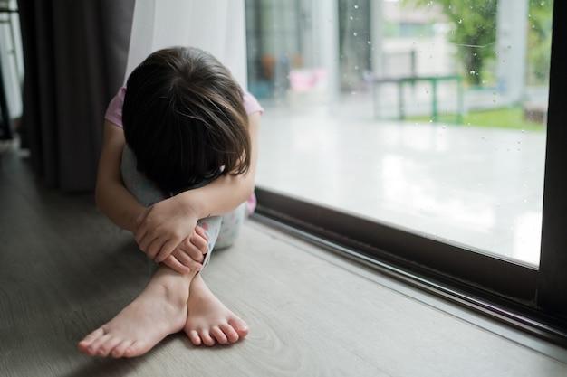 Niño solitario, niño triste, concepto de violencia familiar
