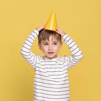 Niño sonriente aislado en amarillo