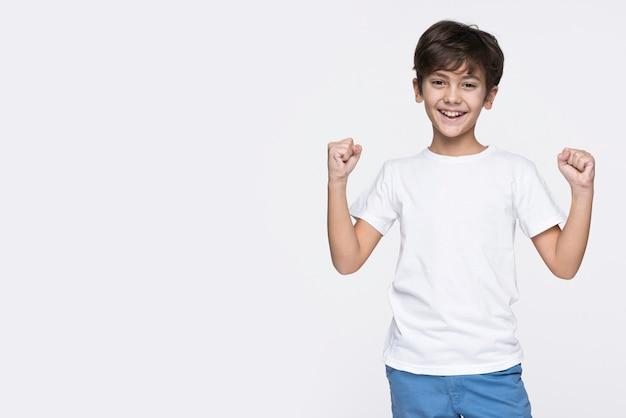 Niño sonriente con espacio de copia
