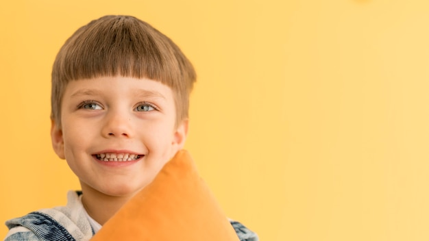 Niño sonriente de espacio de copia