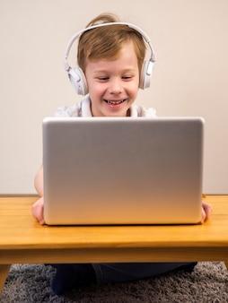 Niño sonriente jugando un videojuego