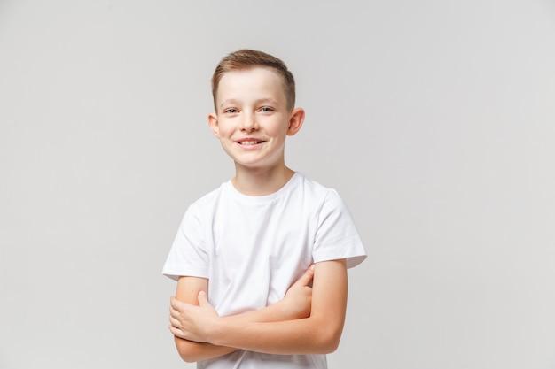 Niño sonriente sobre un fondo gris claro