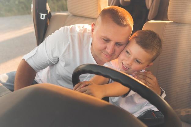Niño sonriente sosteniendo el volante