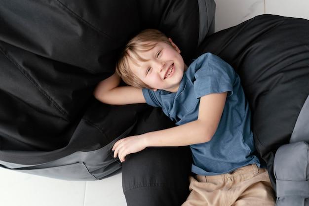 Niño sonriente de tiro medio posando