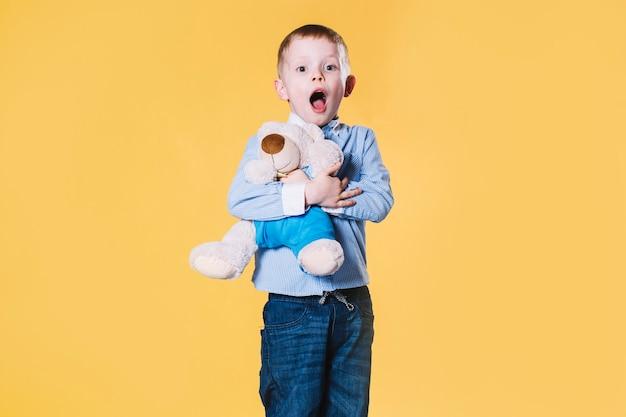 Niño sorprendido con oso de peluche