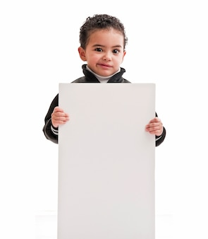 Niño con tablero en blanco o cartel blanco