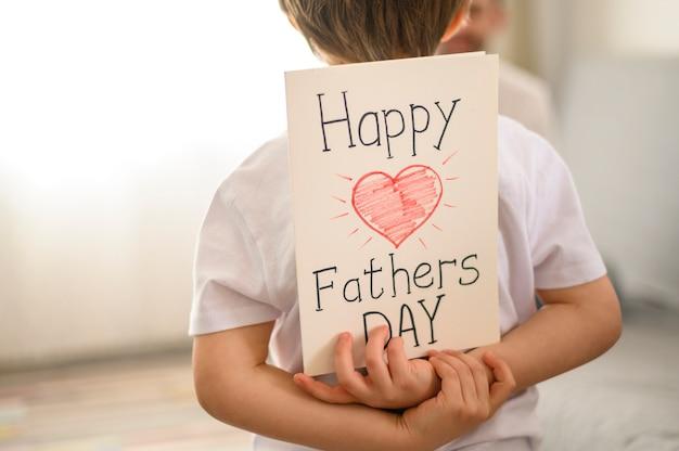 Niño con tarjeta de felicitación sorpresa