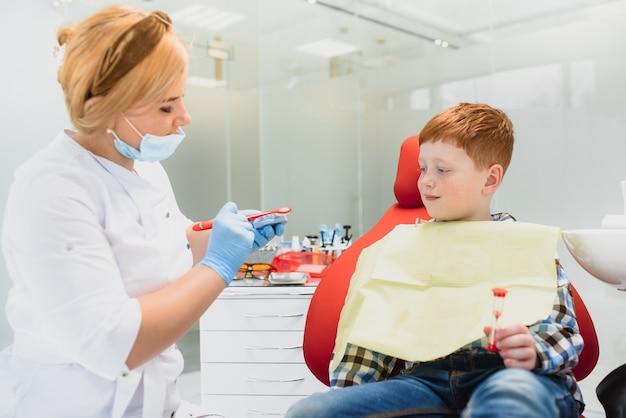 Niño teniendo sus dientes examinados por un dentista
