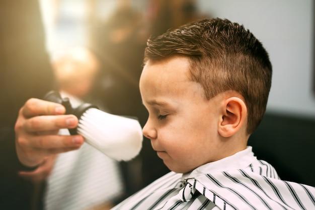 El niño tiene peinados.