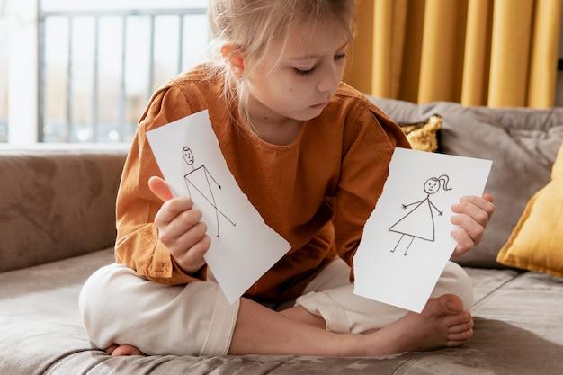 Niño de tiro completo con dibujo roto
