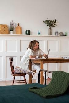 Niño de tiro completo estudiando en casa