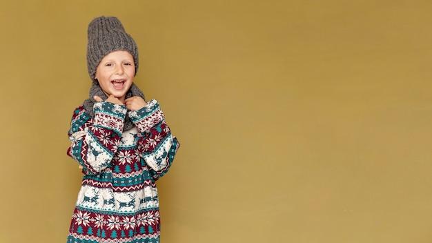 Niño de tiro medio con una amplia sonrisa posando