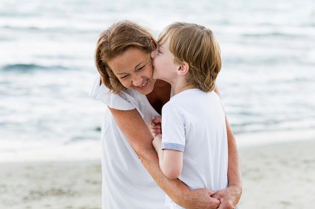 Niño de tiro medio besando a la abuela