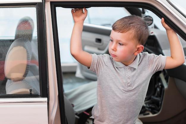 Niño de tiro medio en coche