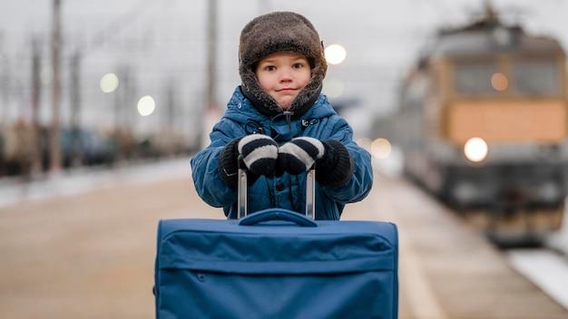 Niño de tiro medio en la estación de tren