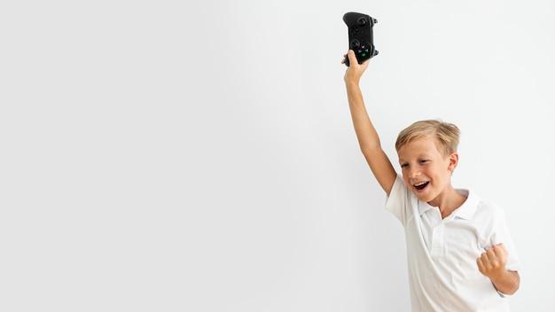 Niño de tiro medio sosteniendo un controlador