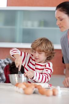 Niño trabajando en la cocina