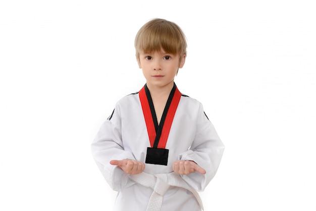 Niño en uniforme de taekwondo (dobok)