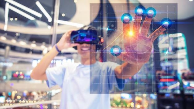 Un niño usando un casco de realidad virtual, toque a la interfaz virtual.