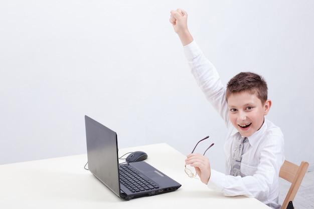 Niño usando su computadora portátil