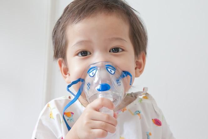 Niño usando una máscara respiratoria