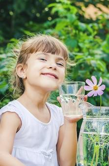 Niño vaso de agua.