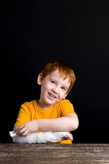 Niño con un vendaje médico