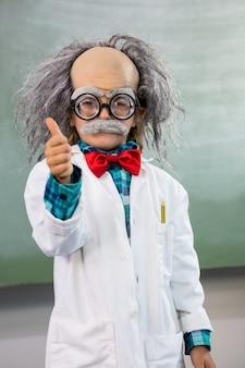 Niño vestido como científico con signo de pulgares arriba