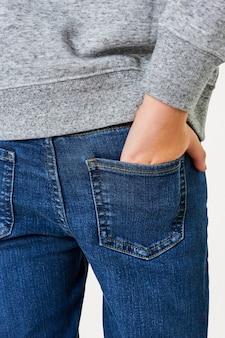 Niño vestido con suéter gris con jeans