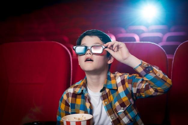 Niño viendo película en el cine