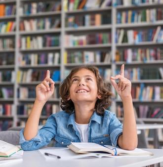 Niño de vista frontal mirando hacia arriba con espacio de copia