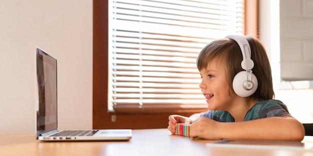 Niño de vista lateral siendo feliz