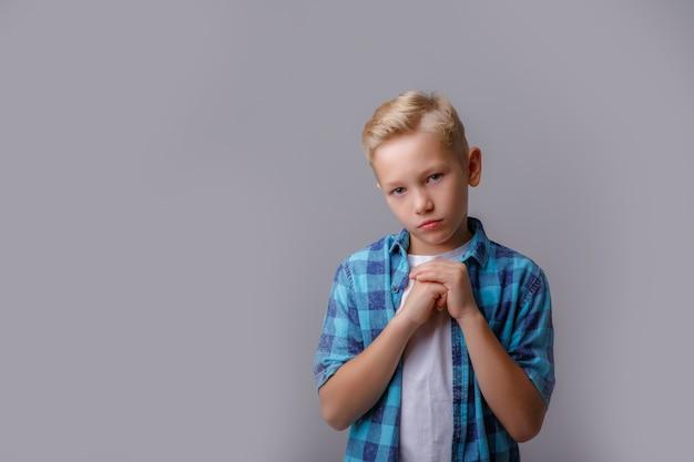 Niño vistiendo camisa a cuadros