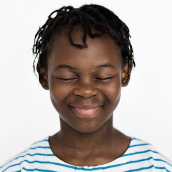Niño worldface-congoleño en un fondo blanco.