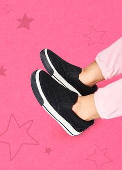 Niño en zapatillas negras