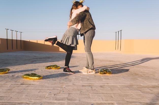 Niños abrazándose en el techo