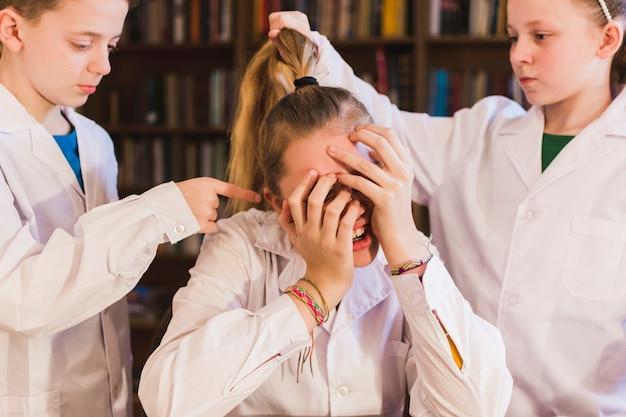 Niños abusando de niña pequeña desesperada