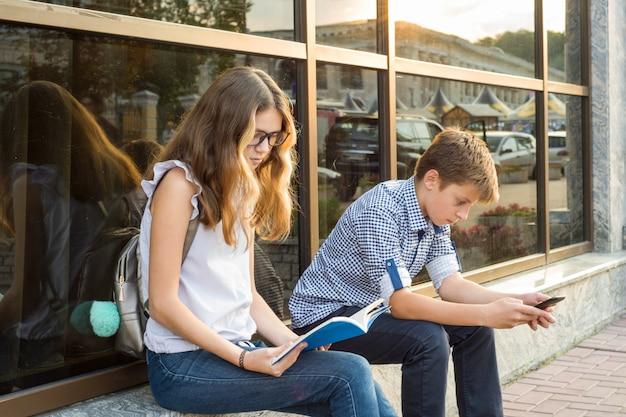Niños adolescentes con teléfono inteligente.