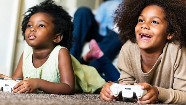 Niños africanos jugando videojuegos