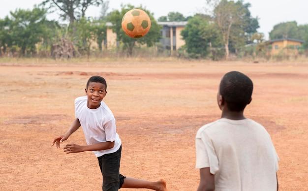 Niños africanos con pelota de futbol