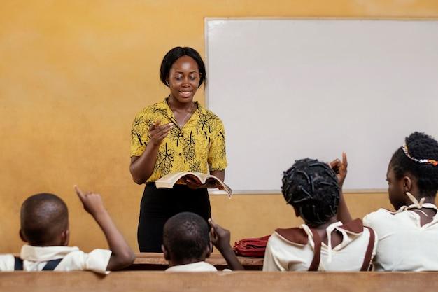 Niños africanos que tienen una lección en la escuela