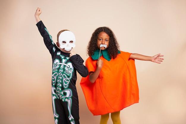 Niños alegres con disfraz de halloween
