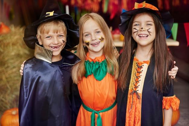 Niños alegres con pintura facial de halloween