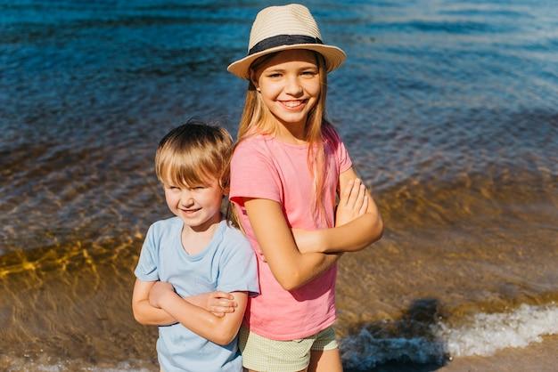 Niños alegres sonriendo en la costa