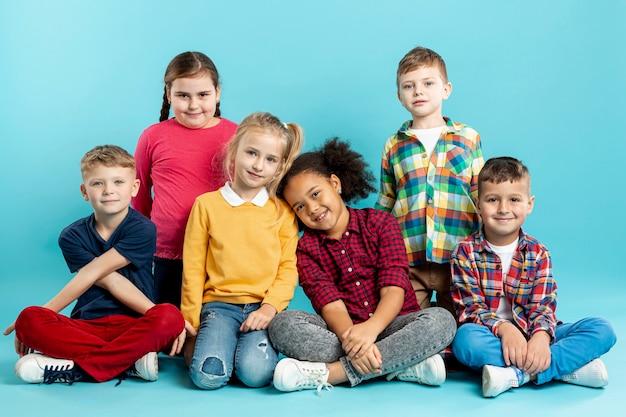 Niños de alto ángulo en el evento del día del libro