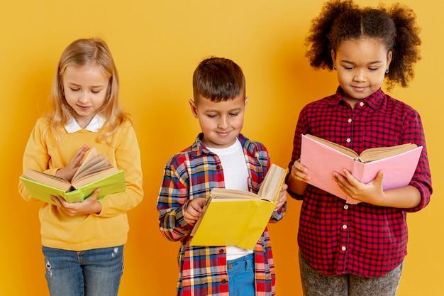 Niños de alto ángulo con lectura de libros