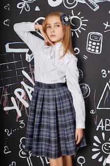 Niños alumna estudian en la escuela el primero de septiembre, día mundial de los docentes